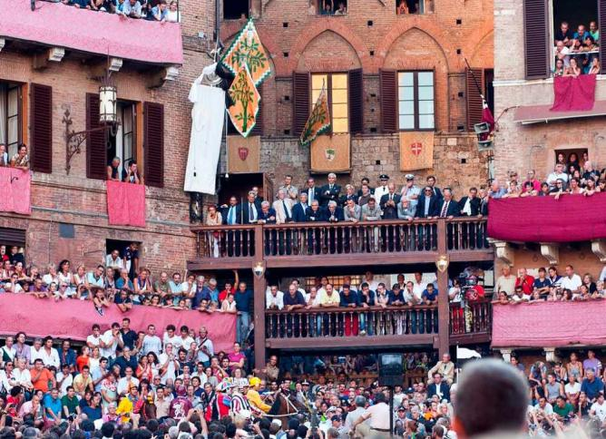 Spectators at the Palio di Siena © Delfort/WikiCommons
