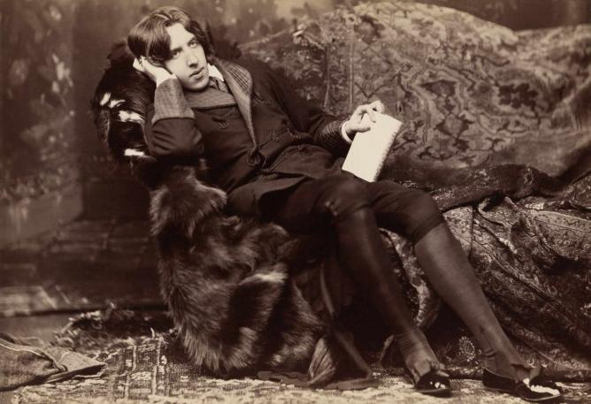 Oscar Wilde reclining with Poems © Napoleon Sarony/Wikicommons