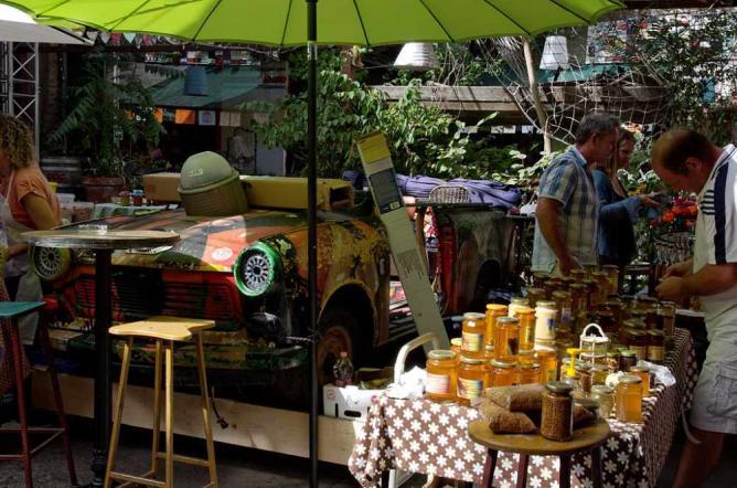 Farmer's market at Szimpla Kert, a ruin bar in Budapest | © Yelkrokoyade/Wikicommons