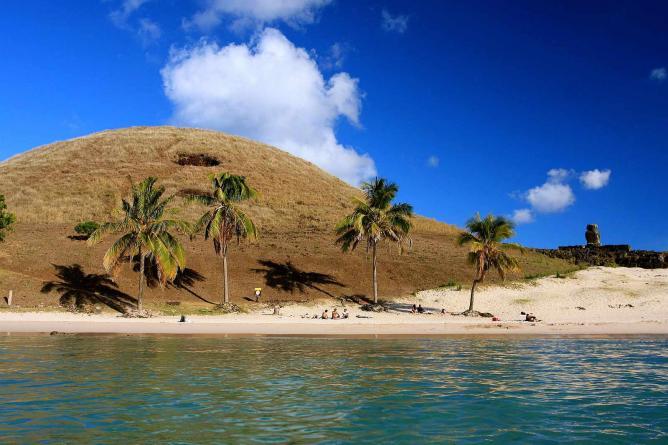 Anakena Beach I © TravelingOtter/WikiCommons