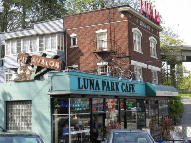 Luna Park Cafe | © Jasperdo/Flickr