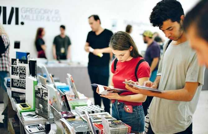 Browsing at NYABF14 l © BJ Enright Photography