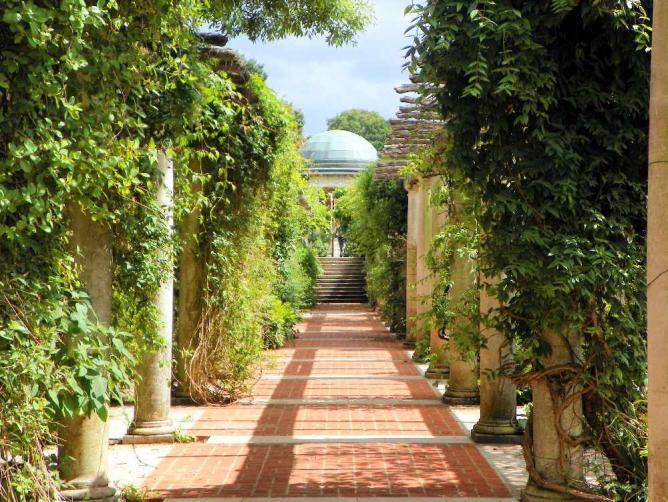 The Pergola and Hill Garden | © Peter O'Connor/Flickr