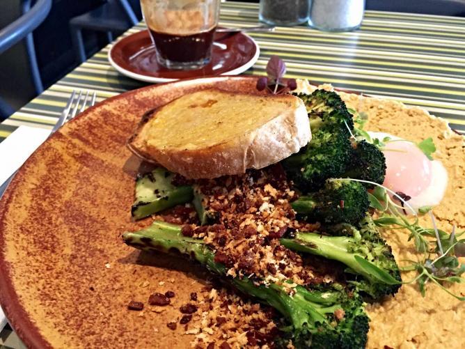 Charred broccoli with bacon crumb from Campos | © Mona Mizi