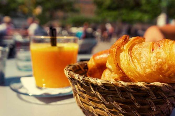Croissant and orange juice | © Up-Free/pixabay