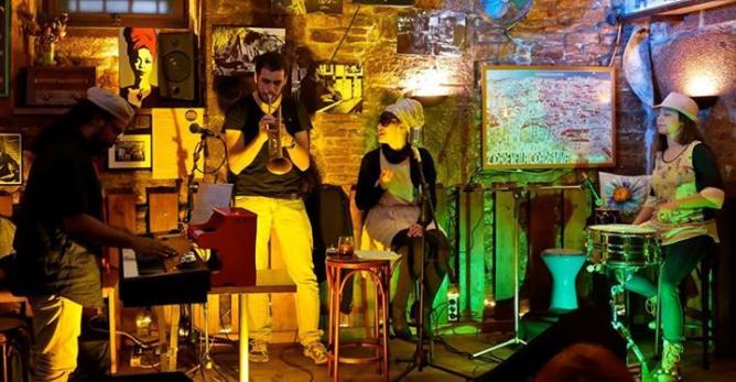 Live music   Courtesy of Borriquita de Belém