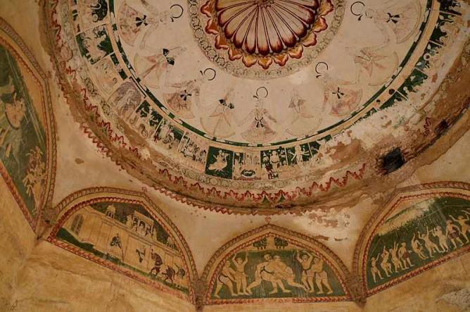 Mural Paintings inside the Farrukh Nagar | © ekabhishek/WikiCommons