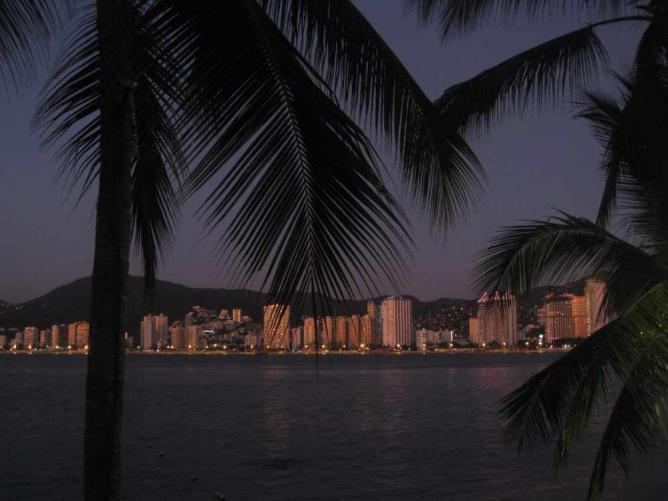 Acapulco Bay at night © BluEyedA73/Flickr