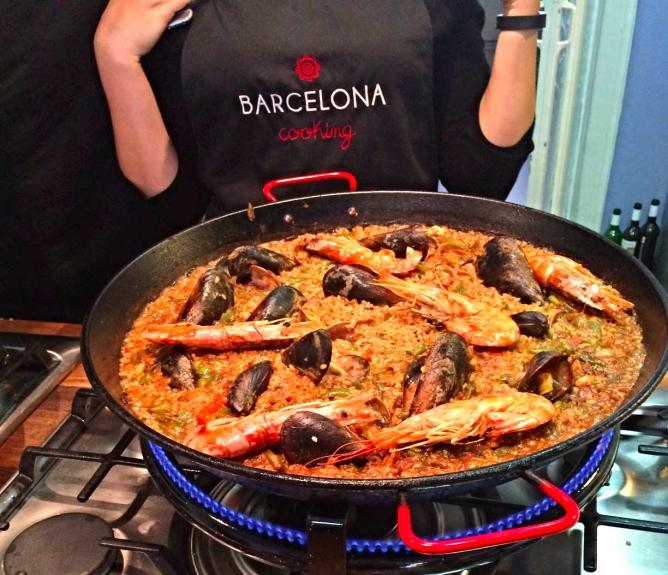 Cooking paella at Barcelona Cooking | © Isabelle Kliger