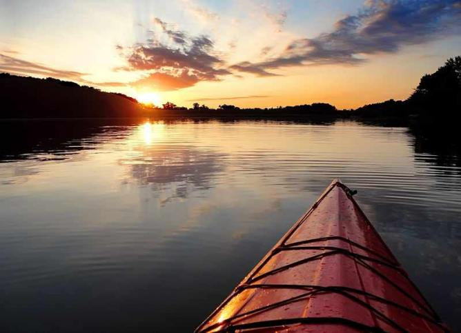 Kayak sunset Lake Ahquabi State Park | © Kvhuegel/WikiCommons