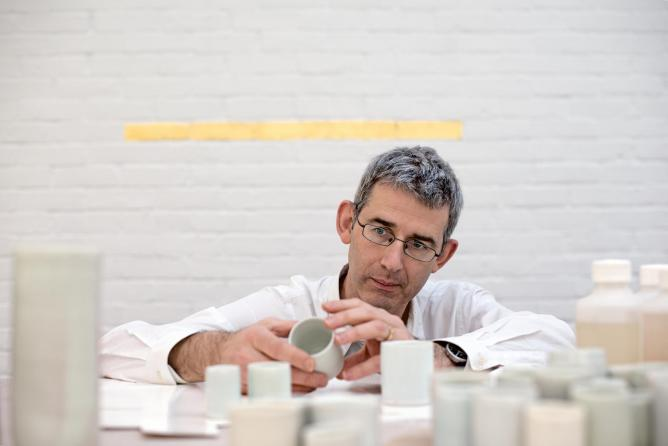 Edmund de Waal assesses the fine details of his small trademark pieces. Photograph by Andrea Hamilton © Transglobe Publishing