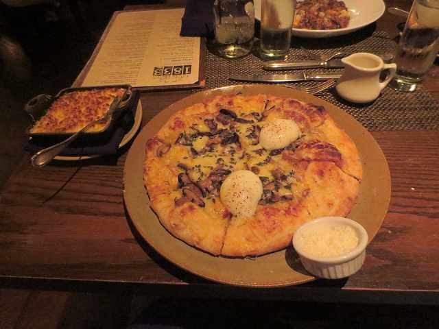 pizza and shredded cheese   © Restaurant 1833/Flickr