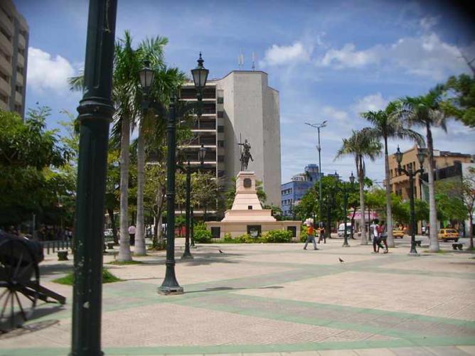 Paseo Bolívar. Estatua del libertador. Edficio Caja de Crédito Agrario. Centro histórico de Barranquilla   ©Yemepa84/ WikiCommons