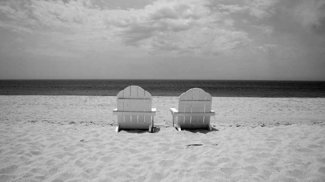 Sentados en la playa © César Guadarrama/Flickr