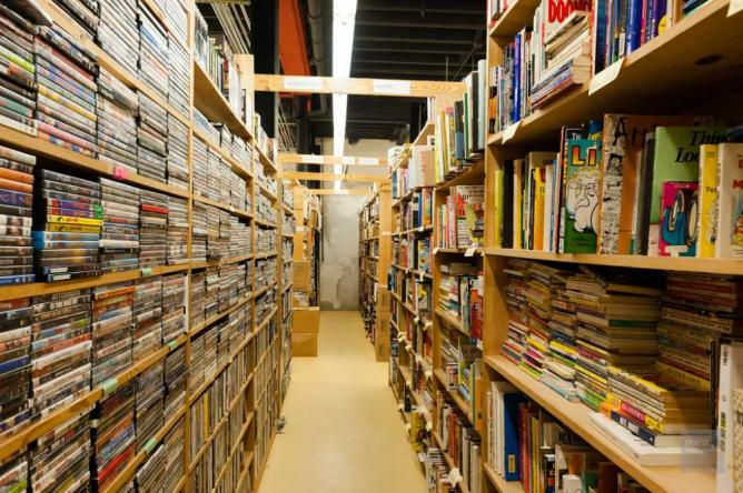 The shelves at Chamblin's Uptown | © ernestkoe/Flickr