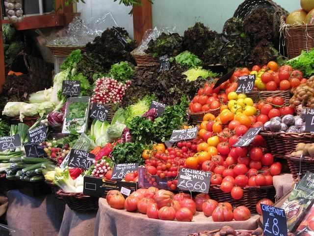 Fruit&Vegetable stall ©Lorena a.k.a. Loretahur/Flickr
