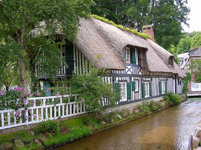 Timber framed house © Sander Hoogendoorn/Flickr