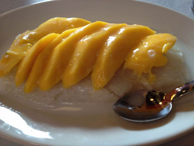 Mango sticky rice | ○ Isha Zubeldi/Flickr