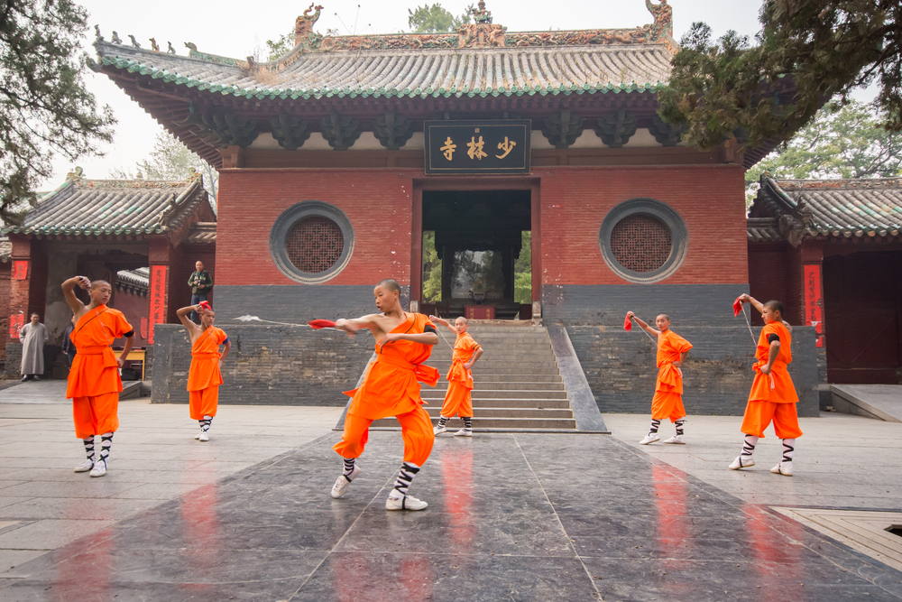 The group of Shaolin kungfu performs at Shaolin Temple in Dengfeng of Henan Province, China © Sihasakprachum / Shutterstock