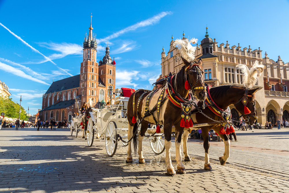 Horse carriages at main square in Krakow in a summer day, Poland © S-F / Shutterstock