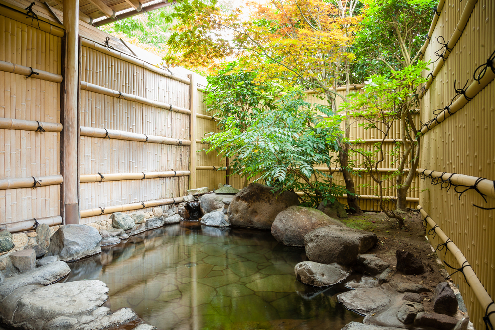 Outdoor onsen, japanese hot spring with trees | © mgerman/Shutterstock