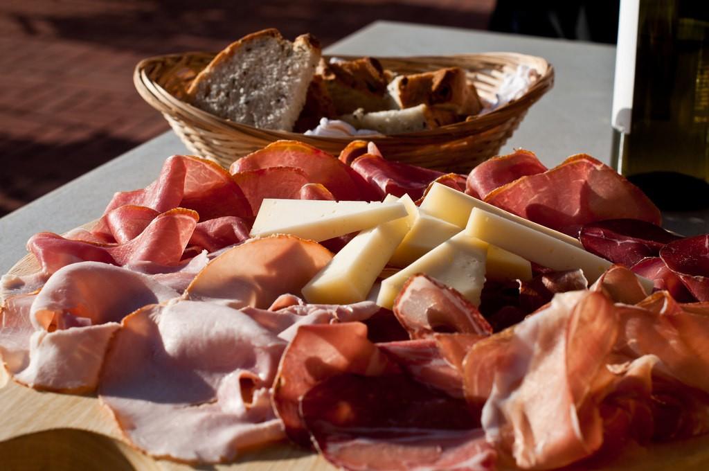 Cheese, Prosciutto, Bread and Wine | ©Luca Sartoni/Flickr