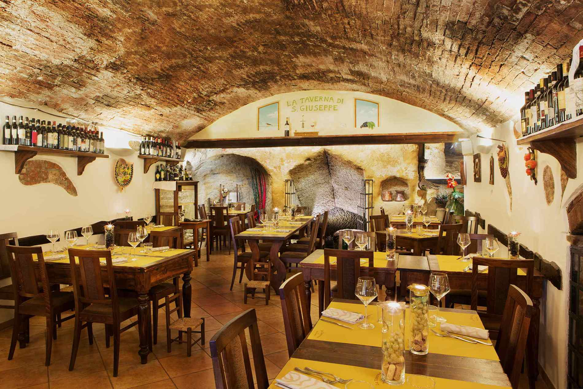 10 of the greatest restaurants in siena italy for Italian interior design company names