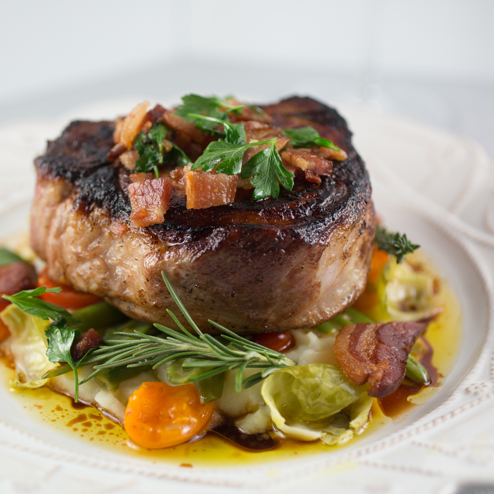 Berkshire pork chop with garlic mashed potatoes, heirloom tomato and string beans © Alexandralaw1977 / Shutterstock