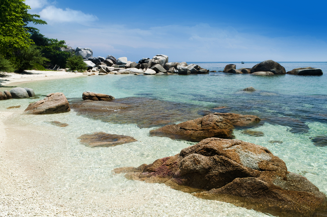 Rock clusters in the crystal clear waters of the Perhentian islands | © szefei/Shutterstock