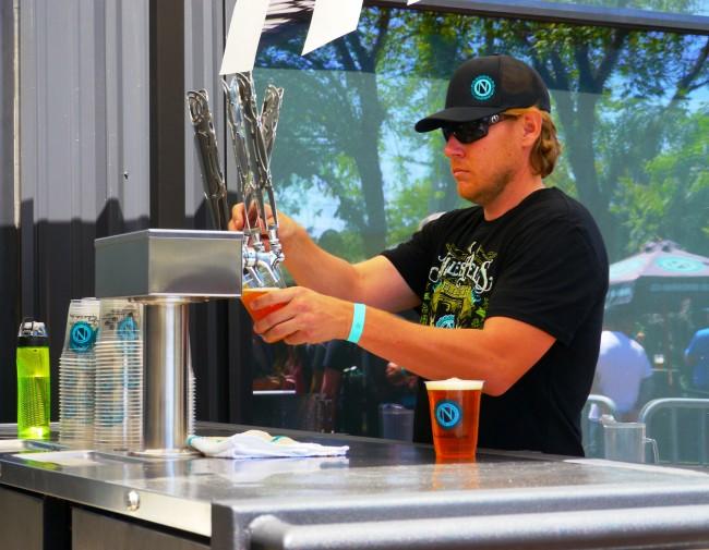 Barman pulling a pint at Ninkasi Brewery | © Rick Obst/Flickr
