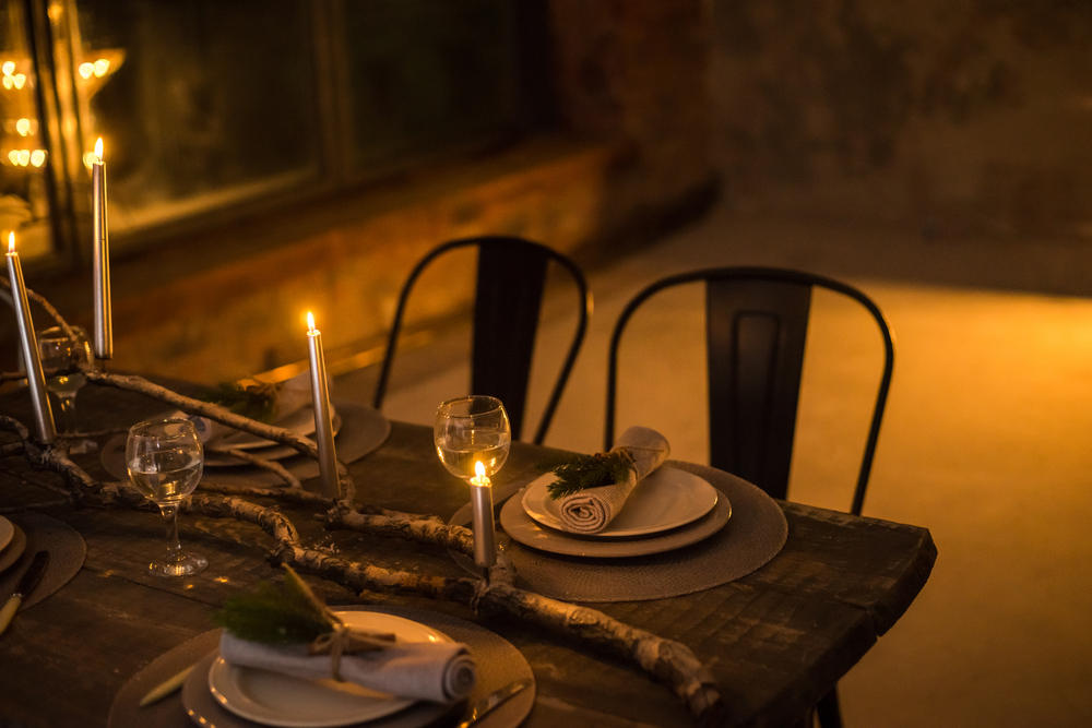 Table setting in candlelight. Romantic dinner © Oleksandr Kavun / Shutterstock
