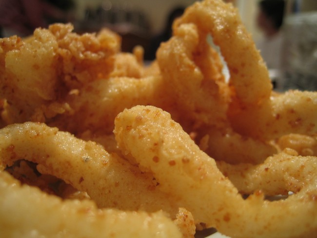 Fried Calamari - Just One of the Dishes on Offer at La Plaka   © Chris Chen 陳依勤/Flickr