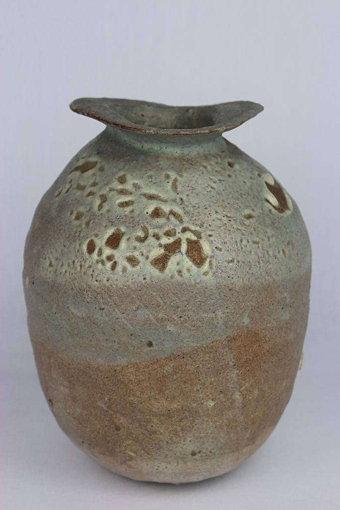 Pinched, Coiled pot by Ewen Henderson (YORYM-2004.1.1377) | © Courtesy of The Estate of Ewen Henderson/York Museums Trust via Wikimedia Commons. (CC-BY-SA 3.0)