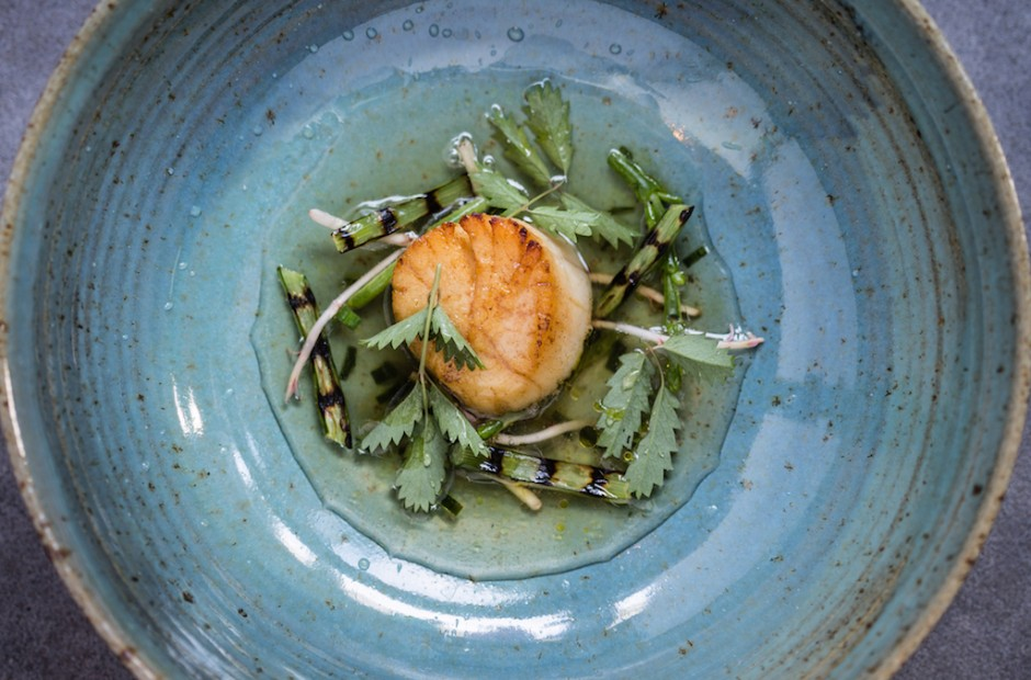 Scallop, Drummond House garlic scap, samphire, ham hock, seaweed broth | ©Anita Murphy/Courtesy of Aniar