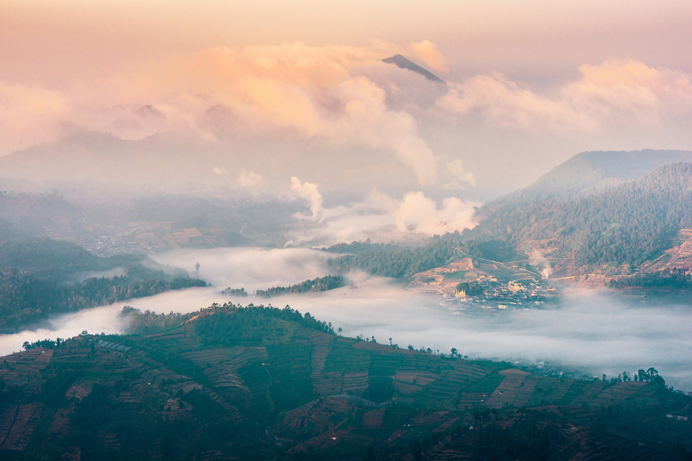 Morning above the clouds view of Wonosobo in Dieng © Reuben Teo / Shutterstock
