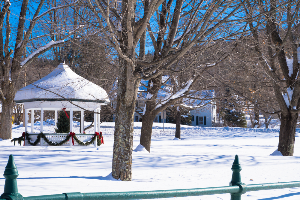 Classic holiday winter scene in a Vermont village with the snow covered Gazebo decorated for Christmas © Ann Moore / Shutterstock
