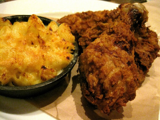 Fried Chicken and Mac and Cheese | © Arnold Gatilao/Flickr