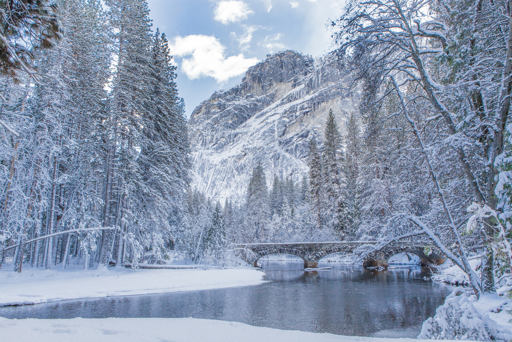 A winter scene with reflection at Yosemite national park, USA ©Min Chiu / Shutterstock