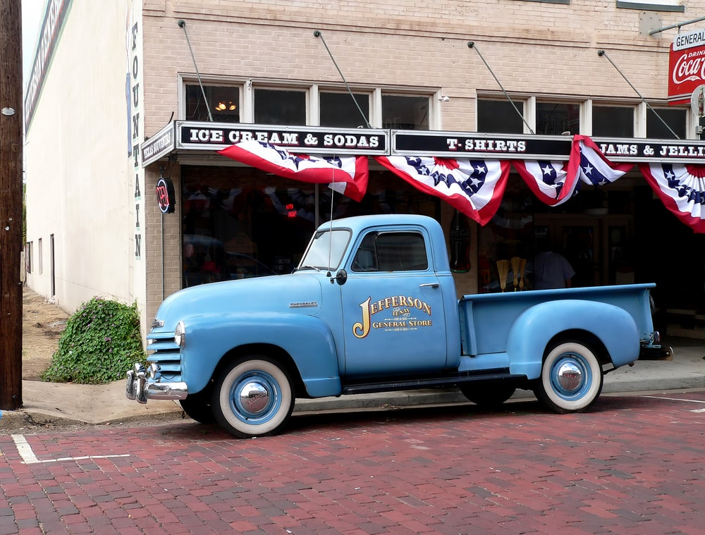 Vintage truck and general store in Jefferson, Texas | © Lori Martin/Shutterstock