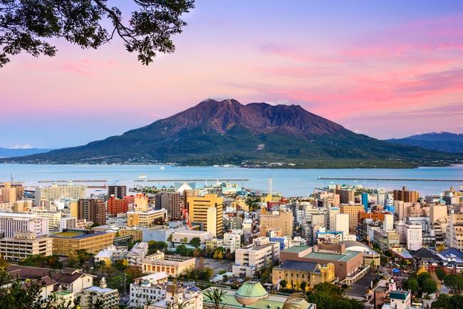Город Кагосима сидит в тени вулкана Сакураджима |  © Sean Pavone / Shutterstock