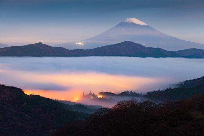 Гора Фудзи и туман над озером Аши и Хаконе |  © Сакарин Савасдинака / Shutterstock
