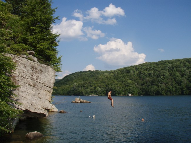 A person plunging into Summesrville Lake, West Virginia | © Jasen Miller/Flickr