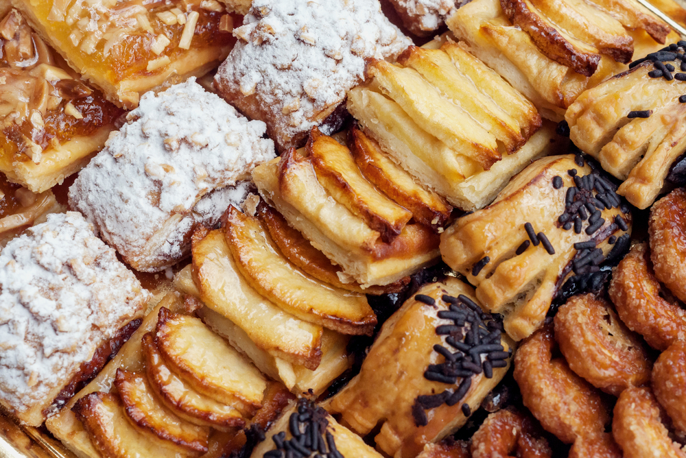 Sweet pastry, puff pastry with powdered sugar, with pine nuts, with jam made from Siam pumpkin, puff pastry with roasted apples and with baked apples | © karnavalfoto/Shutterstock