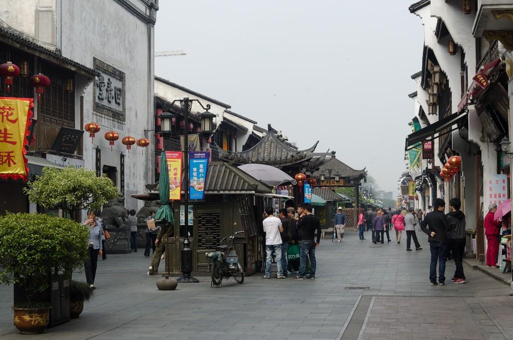 Street life in Hangzhou © Xiquinho Silva / Flickr