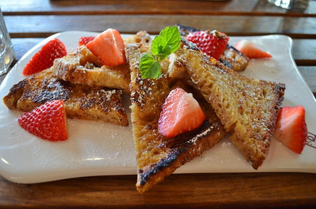French toast with strawberries at Le Pain Quotidian| © Christine Chau/FLickr