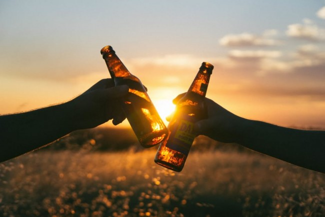 Enjoy a beer over sunset | © Pexels