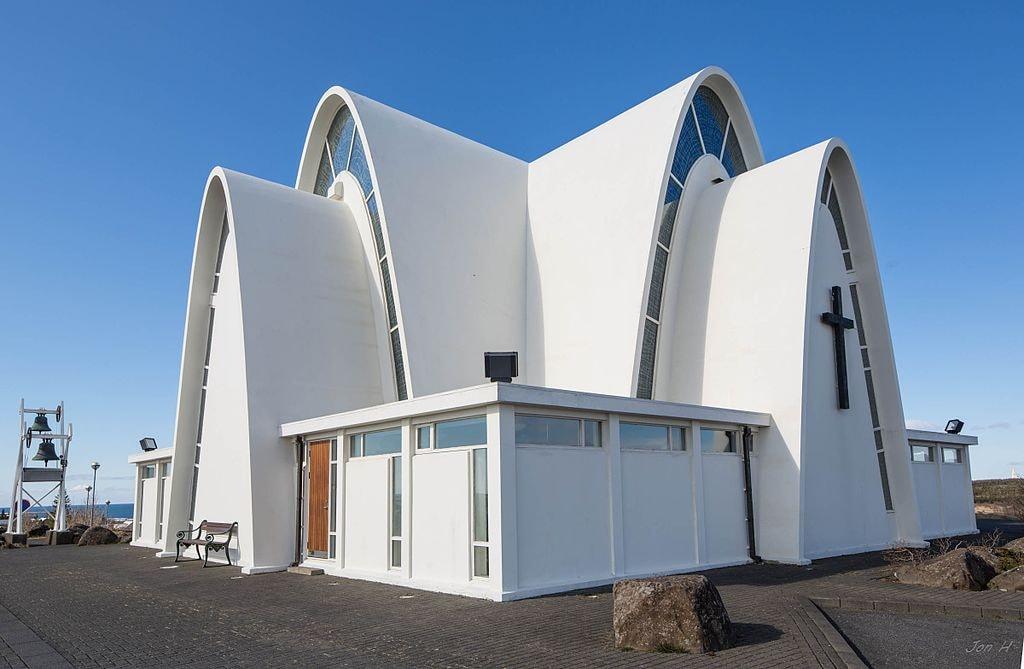 "Kópavogur Church, Iceland | <a href=""https://commons.wikimedia.org/wiki/Category:K%C3%B3pavogskirkja_in_K%C3%B3pavogur,_Iceland#/media/File:K%C3%B3pavogskirkja_-_panoramio.jpg"" target=""_blank"" rel=""noopener"">© Jon Gretarsson/WikiCommons</a>"