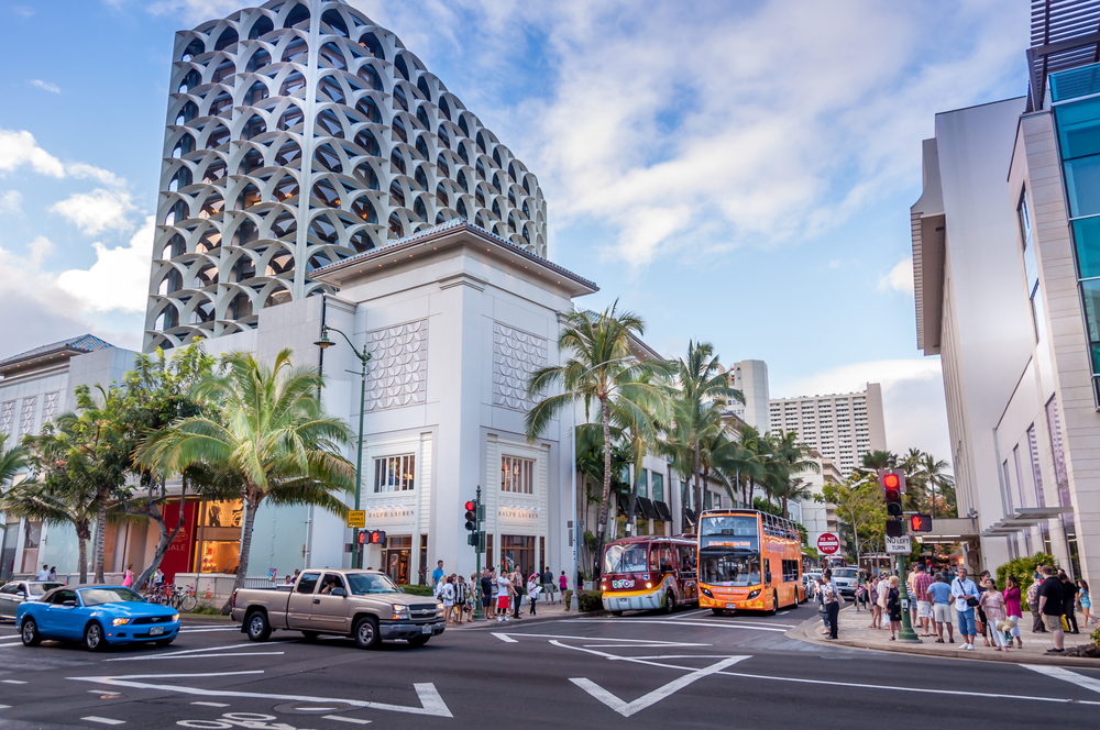 Busy intersection in the evening along the famous Kalakaua shopping district I © Jeff Whyte/Shutterstock