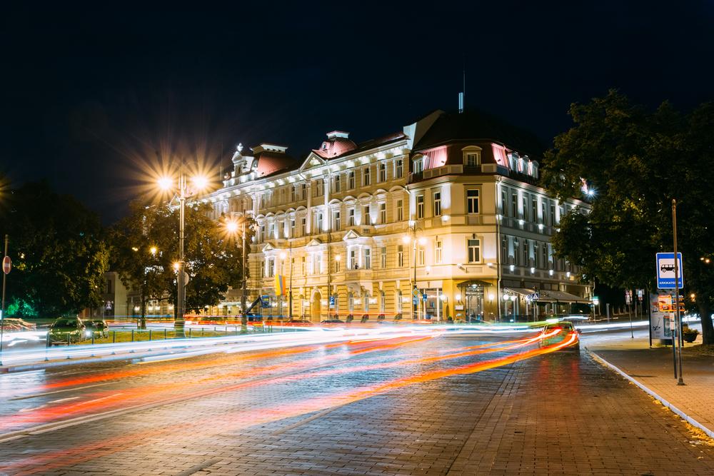 Kempinski at night Grisha | ©Bruev/Shutterstock