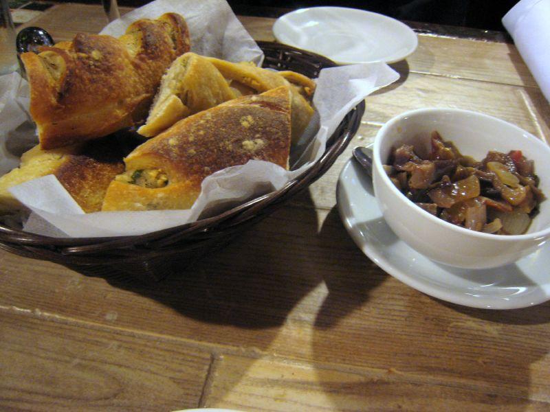 Il Porto bread and relish | © Krista/Flickr